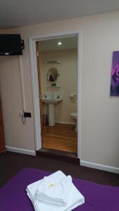 A bathroom at Grove House Hotel