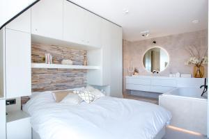 Een bed of bedden in een kamer bij Super Luxe C-View appartement op Duin aan Strand