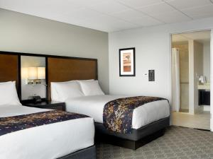 A bed or beds in a room at DoubleTree by Hilton Hotel Cedar Rapids Convention Complex