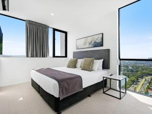 A bed or beds in a room at Qube Broadbeach - Luxury 2 Bedroom Ocean View