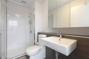 A bathroom at A Cozy CBD Residence Next to Southern Cross