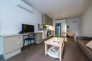 A television and/or entertainment center at A Cozy CBD Residence Next to Southern Cross