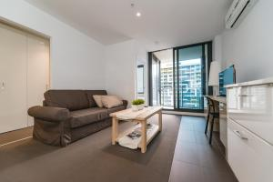 A seating area at A Cozy CBD Residence Next to Southern Cross