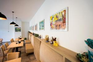 A restaurant or other place to eat at BIVIO hotel