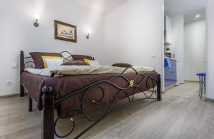 A bed or beds in a room at FreeDom People Apartments Korolev
