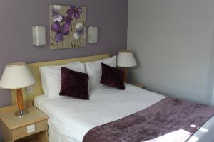 A bed or beds in a room at Redwings Lodge Dunstable
