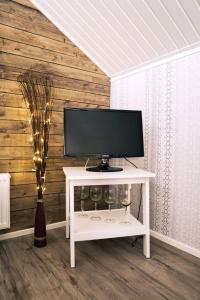 Una televisión o centro de entretenimiento en Beautiful holiday home (studio) in Rovaniemi