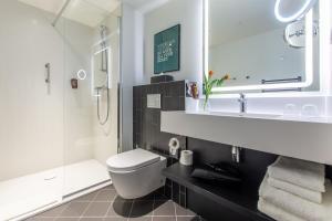 A bathroom at Park Inn by Radisson Poznan