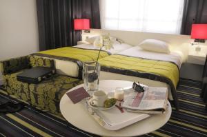 Mercure Nice Promenade Des Anglais tesisinde bir odada yatak veya yataklar