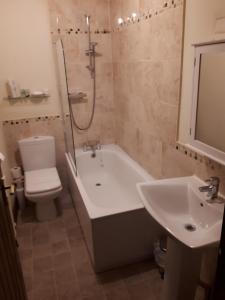 A bathroom at The Black Bull at Nateby