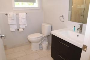 A bathroom at A Stylish Stay w/ a Queen Bed, Heated Floors.. #1