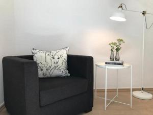 Ein Sitzbereich in der Unterkunft Modernes, sonniges Zimmer mit eigenem Bad