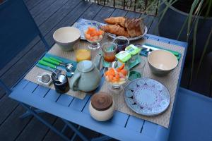 Options de petit-déjeuner proposées aux clients de l'établissement Le Clos Bleu-La Rochelle