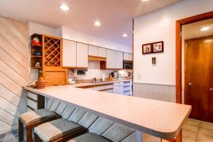A kitchen or kitchenette at Sundowner II 223