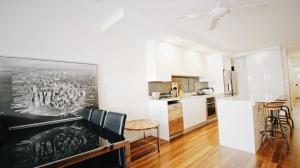 A kitchen or kitchenette at Cozy Guest House in Alexandria