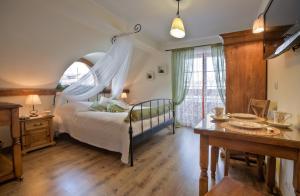 Ein Bett oder Betten in einem Zimmer der Unterkunft Willa Grandeus
