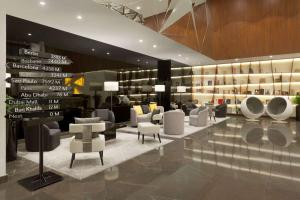 Salone o bar di TRYP by Wyndham Dubai