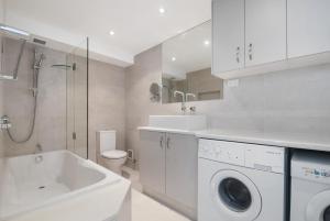 A bathroom at 7 Wharf Street