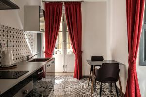 A kitchen or kitchenette at Jean de Valette Boutique Living