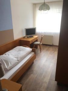 A bed or beds in a room at Lindenhof Keulos