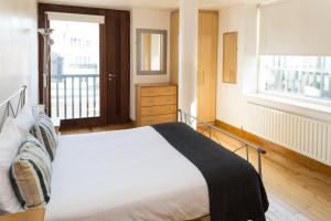 A bed or beds in a room at Skyline Temple Bar Apartment