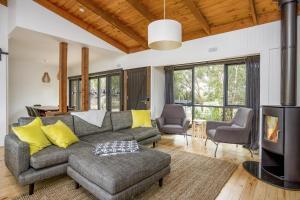A seating area at Coast Sorrento Holiday House