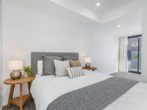 A bed or beds in a room at Herald 1-BR Apartment - Inner City, Close to Beaches & Harbour