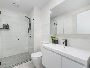 A bathroom at Herald 1-BR Apartment - Inner City, Close to Beaches & Harbour