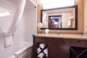 Ванная комната в Quality Inn & Suites Val D'Or