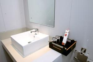 A bathroom at OYO 592 Budget Hotel by the Harbour