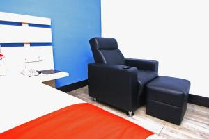 A seating area at OYO 592 Budget Hotel by the Harbour
