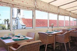 A restaurant or other place to eat at Hotel Residencial Batalha