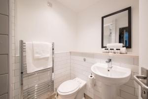 A bathroom at Innkeeper's Lodge Aylesbury - South , Weston Turville