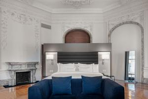 A bed or beds in a room at Hotel Palacio del Retiro, Autograph Collection