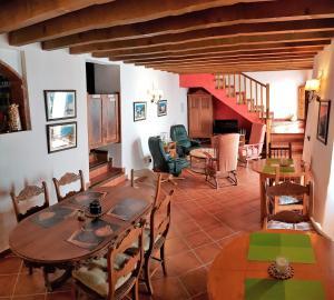 Un restaurante o sitio para comer en B&B the lost Village el Acebuchal