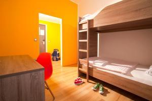 Letto o letti a castello in una camera di UNI Youth Hostel