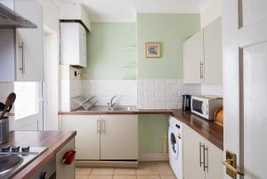 A kitchen or kitchenette at Welcoming Flat
