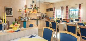 Ein Restaurant oder anderes Speiselokal in der Unterkunft Hotel Am Wiesenweg l 24h check-in
