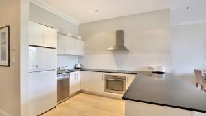 A kitchen or kitchenette at Harbour Fringe Apartment