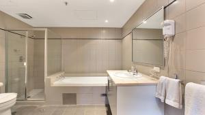 A bathroom at Harbour Fringe Apartment