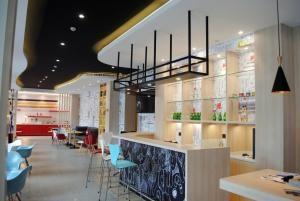 A restaurant or other place to eat at ibis Harbin Hongqi Street Hotel
