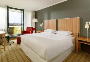 A bed or beds in a room at Four Points by Sheraton München Central