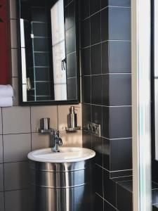 A bathroom at Design-hotel Rooms and Rumors