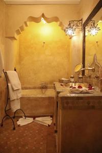 A bathroom at Riad ILayka