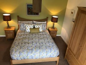 A bed or beds in a room at Harris White Cottage