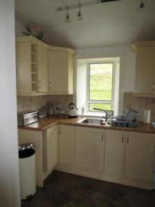 A kitchen or kitchenette at Harris White Cottage