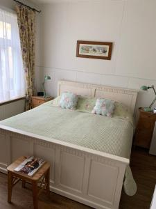 A bed or beds in a room at Greenwoods cottage