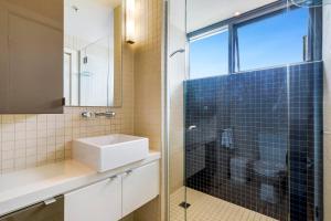 A bathroom at Quattro on Astor Apartments Brisbane by Restt