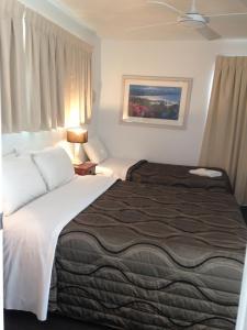 Ein Bett oder Betten in einem Zimmer der Unterkunft Chez Noosa Resort Motel