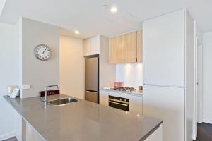 A kitchen or kitchenette at Beau Monde Apartments Newcastle - Horizon Newcastle Beach